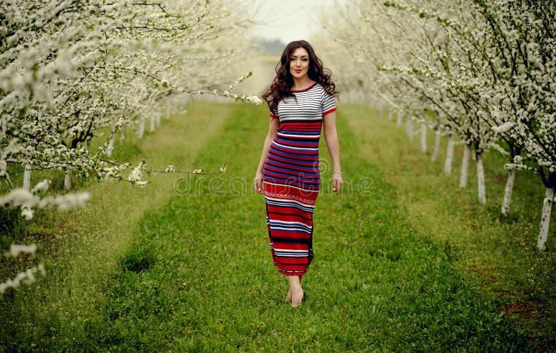 Het meisje van de lente Mooi model met bloemkroon op haar hoofd Sluit omhoog portret van romantische sensuele donkerbruine dame m royalty-vrije stock fotografie