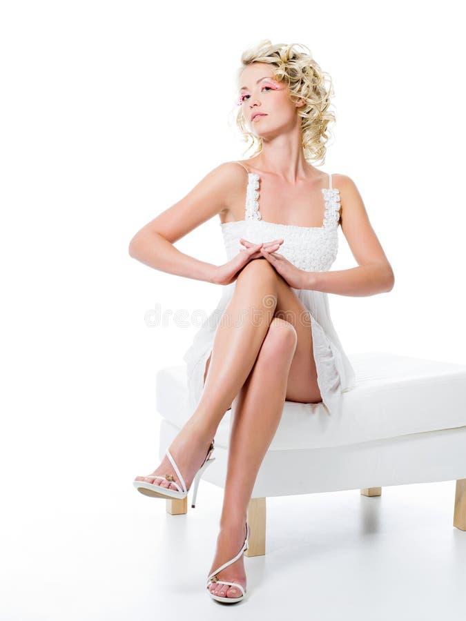 Het meisje van de manier met schoonheidsbenen stock afbeelding