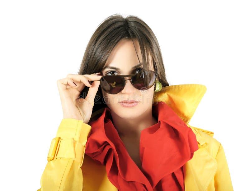 Het meisje van de manier met zonnebril dat op wit wordt geïsoleerdÀ royalty-vrije stock foto