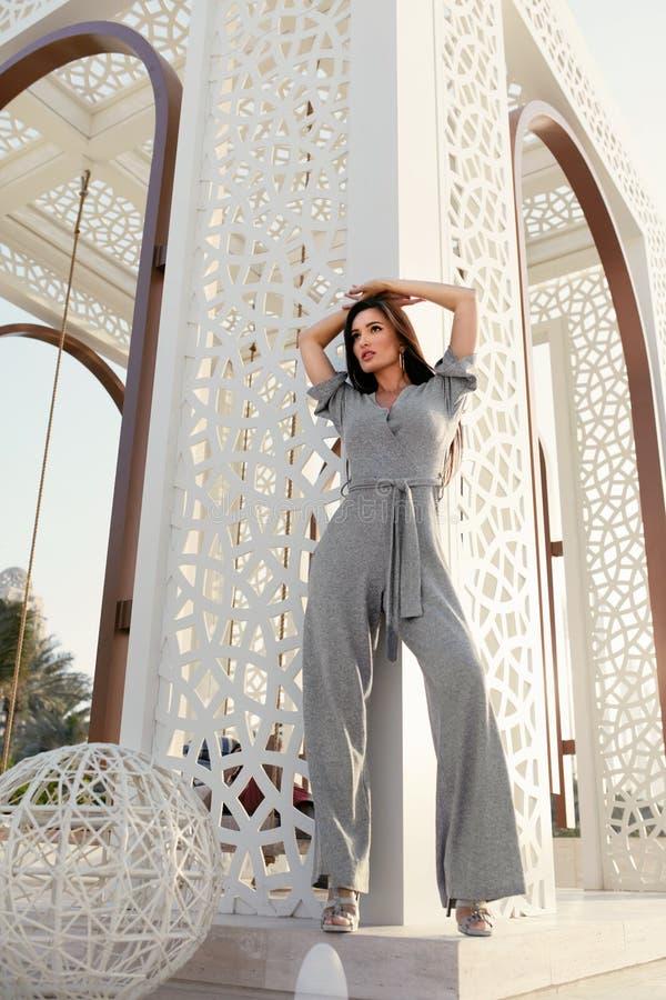 Het meisje van de manier Het modieuze Modelin fashion clothes-Stellen royalty-vrije stock foto