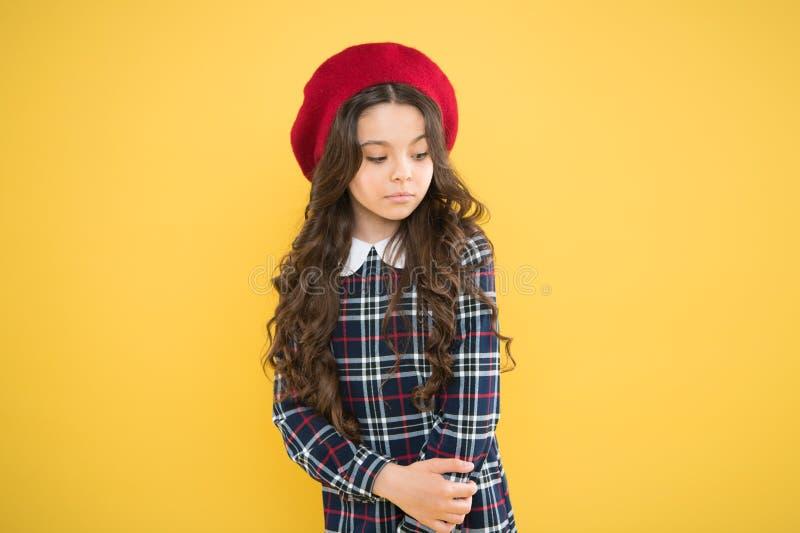 Het meisje van de manier Modieuze toebehoren Tiener manier Franse manier Gelukkige glimlachende baby van het kind de kleine meisj royalty-vrije stock fotografie