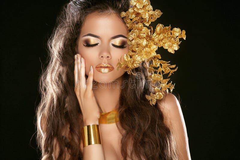 Het Meisje van de manierschoonheid dat op Zwarte Achtergrond wordt geïsoleerd. Make-up. Gouden royalty-vrije stock afbeelding