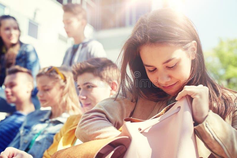 Het meisje van de middelbare schoolstudent met rugzak in openlucht royalty-vrije stock fotografie