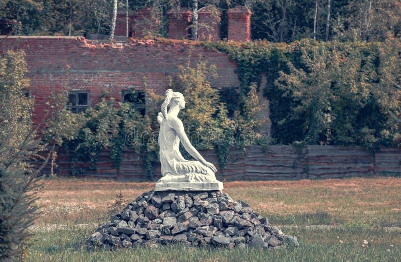 Het meisje ` van de monumenten` Zitting in Tchernobyl royalty-vrije stock foto