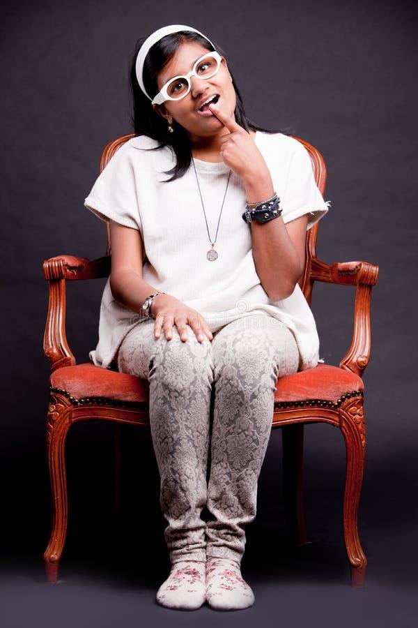 Het meisje van de Nerdkluit met een vinger op haar lippen stock foto's