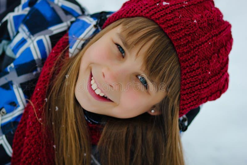 Het meisje van de portrettiener in de winterbos stock afbeelding