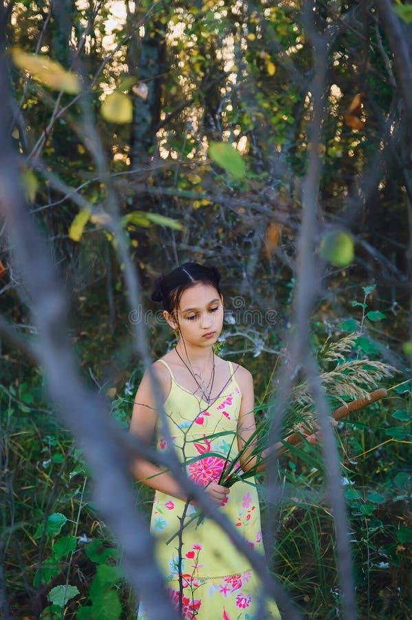Het meisje van de portrettiener onder de bomen royalty-vrije stock fotografie