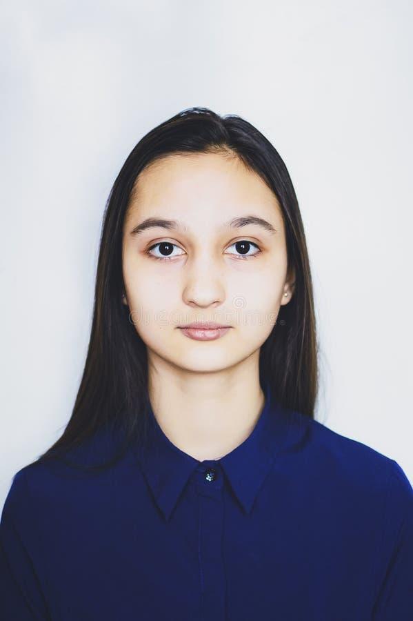 Het meisje van de portrettiener op een witte achtergrond royalty-vrije stock foto's