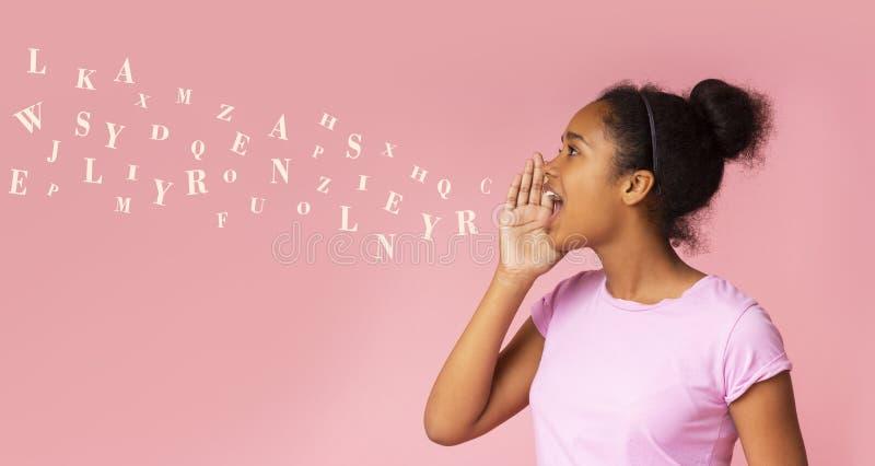 Het meisje van de roddel Zwarte tiener die bij exemplaarruimte gillen stock afbeeldingen