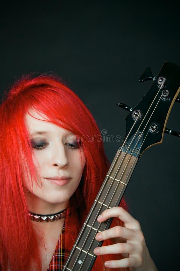 Het meisje van de roodharige met gitaar stock afbeelding