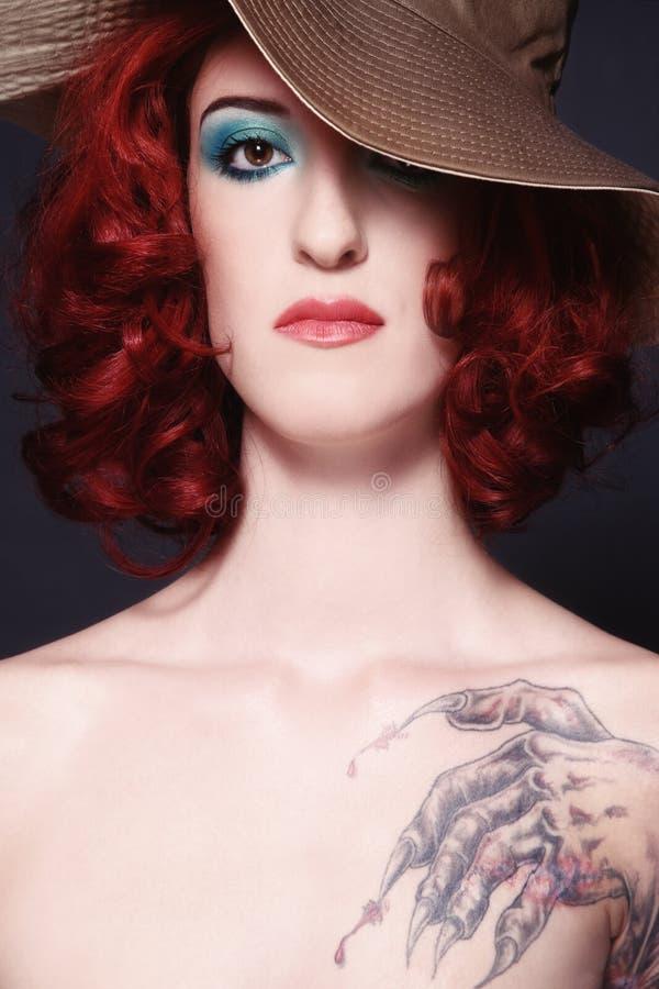 Het meisje van de roodharige met tatoegering royalty-vrije stock fotografie