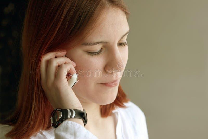 Het meisje van de roodharige op de telefoon royalty-vrije stock afbeeldingen