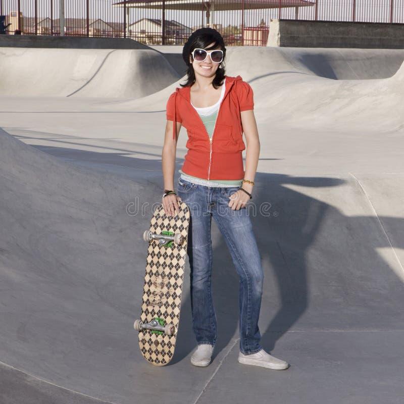 Het meisje van de schaatser bij een park