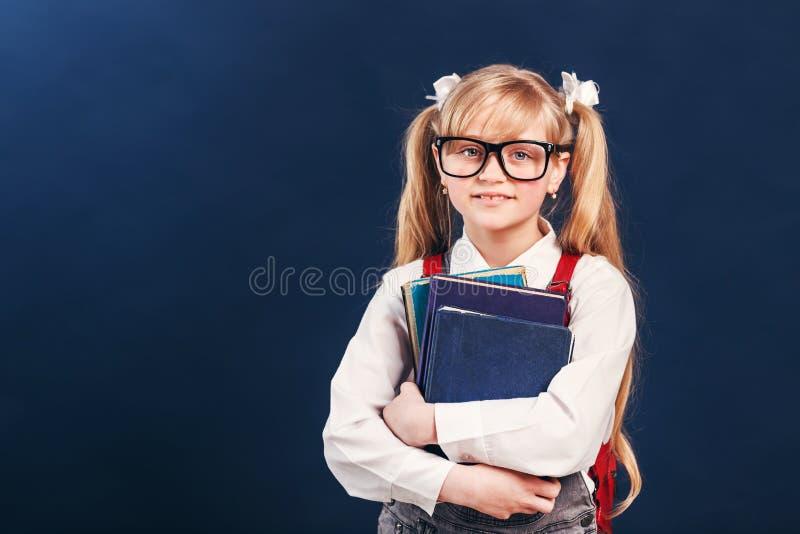 Het meisje van de school met boeken royalty-vrije stock foto's