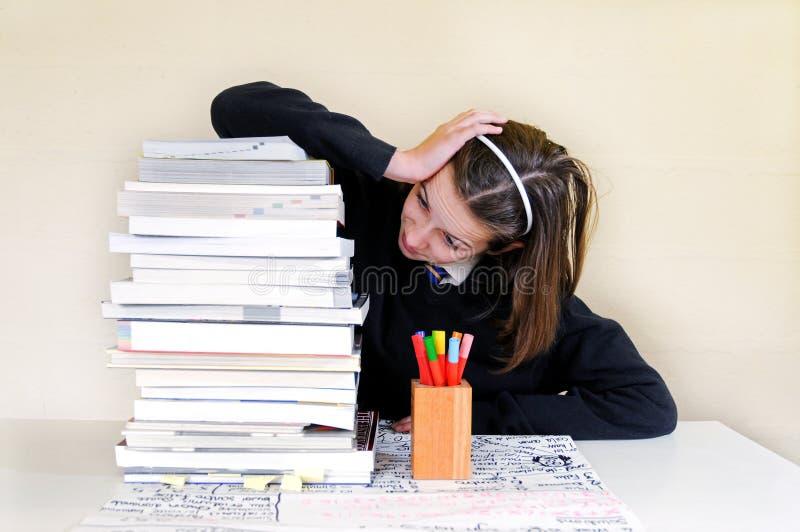 Het meisje van de school met stapel van thuiswerk royalty-vrije stock fotografie