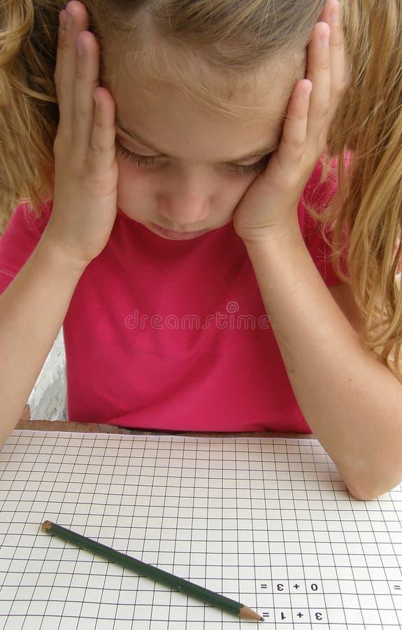 Het meisje van de school in problemen met math stock afbeeldingen