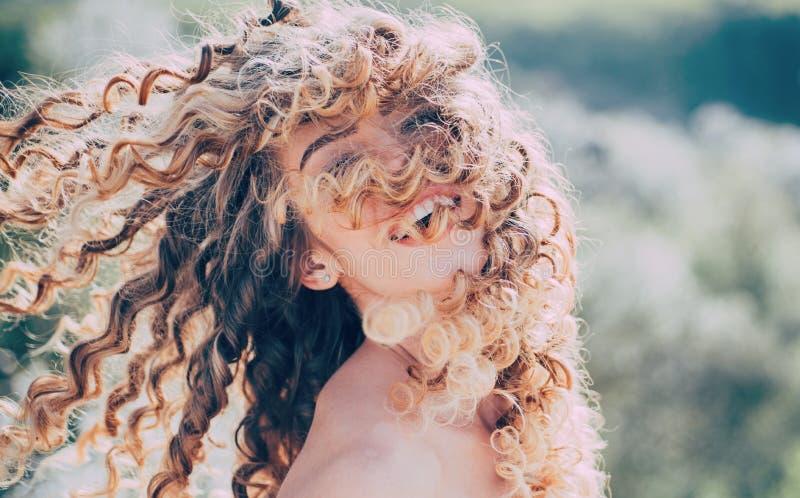 Het meisje van de schoonheid Het meisje van de blondelente met het krullende mooie haar glimlachen De Salon van het schoonheidsha stock afbeelding
