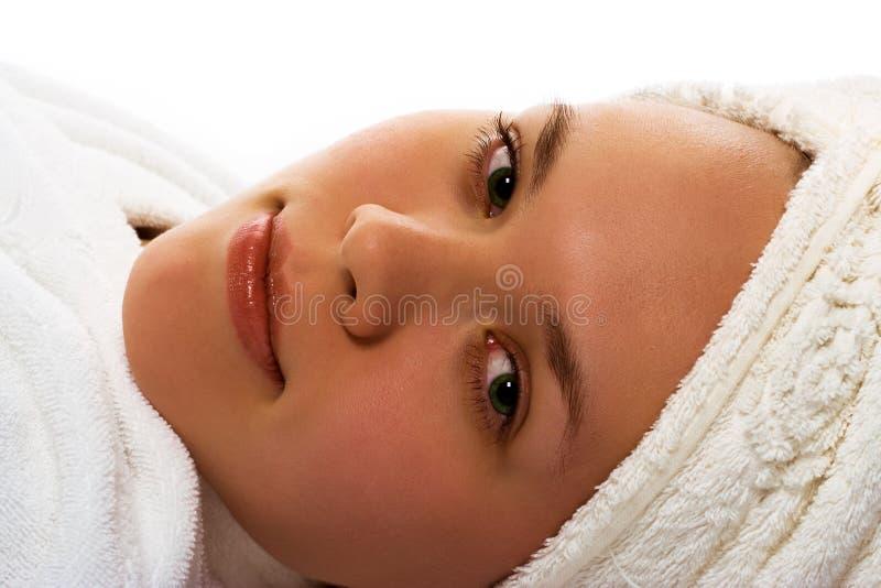 Het meisje van de schoonheid in handdoek na douche royalty-vrije stock fotografie