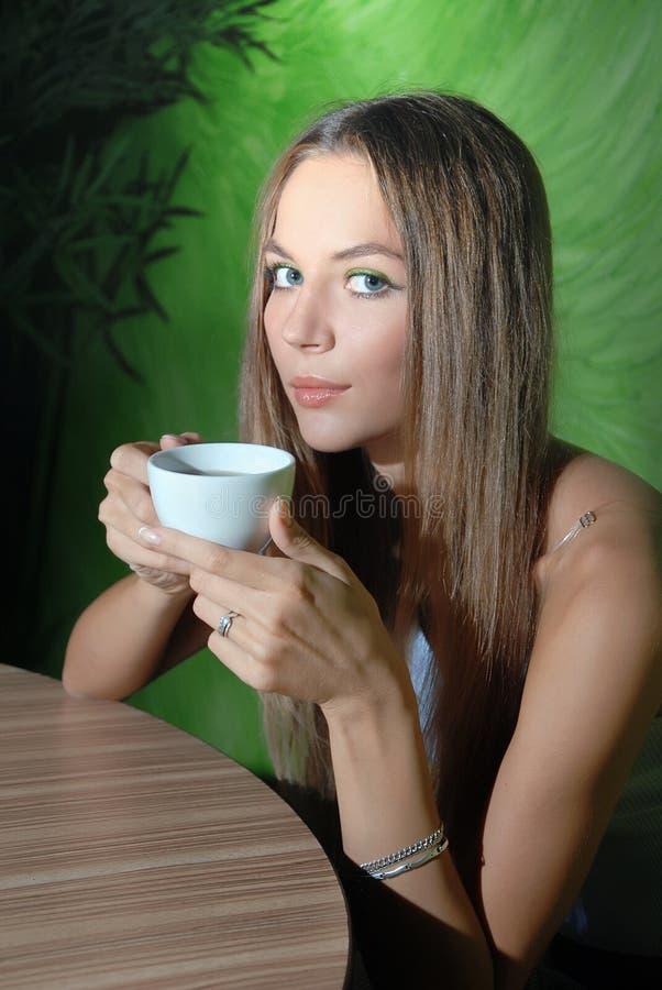 Het meisje van de schoonheid in koffie stock afbeelding
