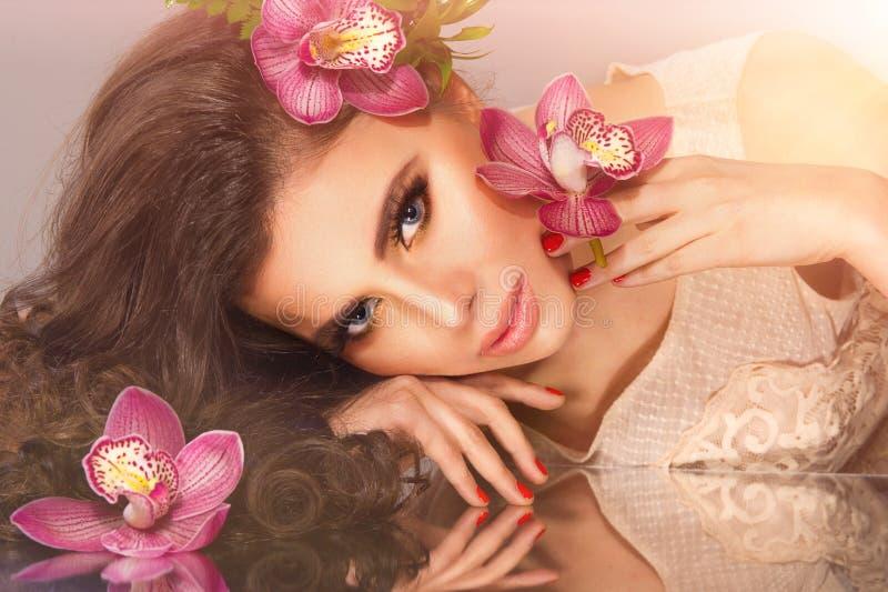 Het meisje van de schoonheid met bloemen royalty-vrije stock afbeeldingen