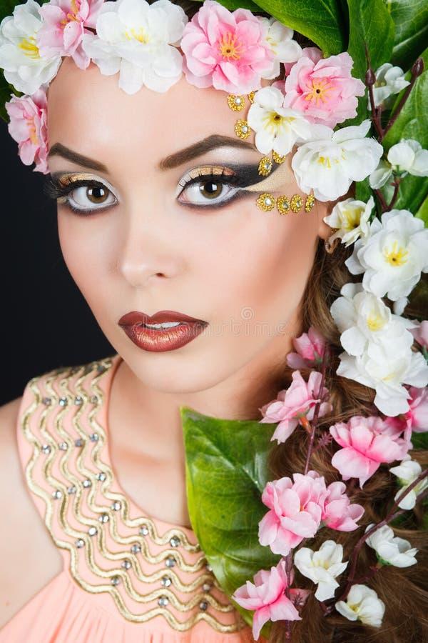Het meisje van de schoonheidslente met bloemenhaar Mooie Modelvrouw met bloemen op haar hoofd De Aard van Kapsel De zomer royalty-vrije stock foto