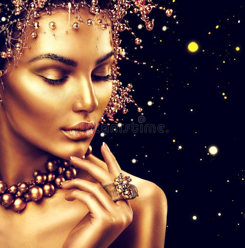 Het meisje van de schoonheidsmannequin met gouden huid, make-up en kapsel royalty-vrije stock afbeelding