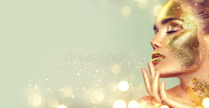 Het meisje van de schoonheidsmannequin met gouden huidmake-up en lichaam, gouden juwelenachtergrond Gouden lichaamsart. Geïsoleer stock afbeeldingen