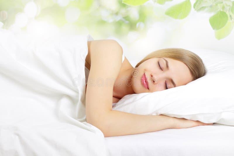 Het Meisje van de slaap op het bed stock foto's