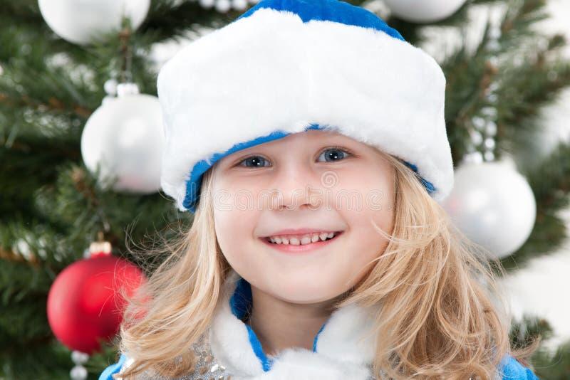 Het Meisje van de sneeuw bij de Kerstmisboom royalty-vrije stock afbeelding