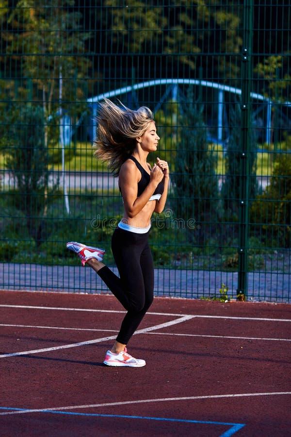 Het meisje van de sport Het meisje doet geschiktheidsoefeningen Mooie jonge sportenvrouw die oefeningen doen Een vrouw leidt op s royalty-vrije stock afbeelding