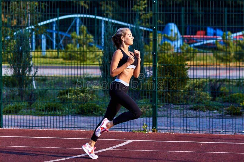 Het meisje van de sport Het meisje doet geschiktheidsoefeningen Mooie jonge sportenvrouw die oefeningen doen Een vrouw leidt op s royalty-vrije stock afbeeldingen