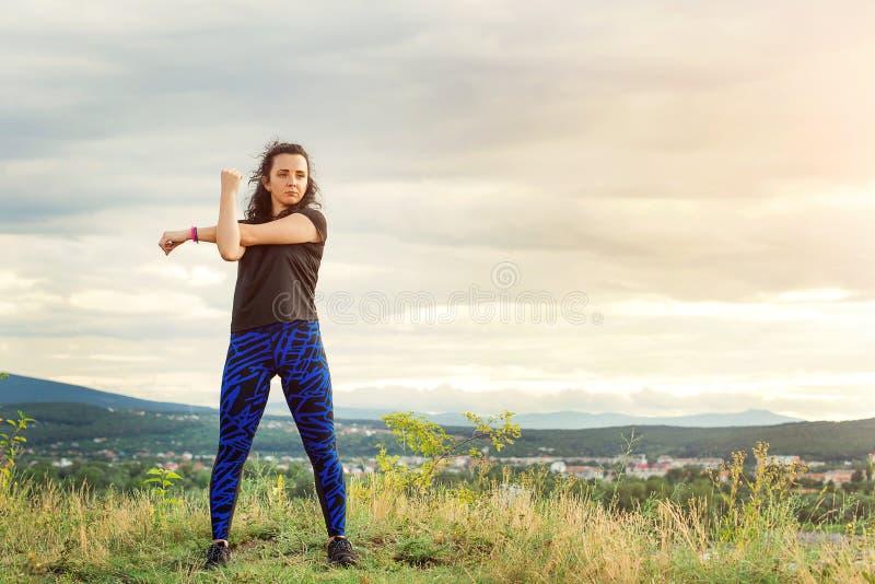 Het meisje van de sportvrouw in openlucht Vrouwelijk fitness meisje die sportoefeningen in de zomertijd doen Levensstijl, fitness royalty-vrije stock afbeelding