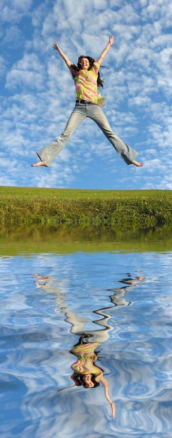 Het meisje van de sprong met haar en rivier stock foto