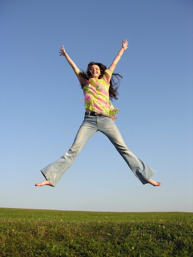 Het meisje van de sprong met haar op hemel 2 stock afbeelding