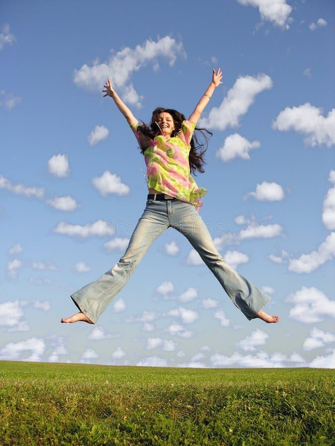 Het meisje van de sprong met haar op hemel 2 royalty-vrije stock afbeelding