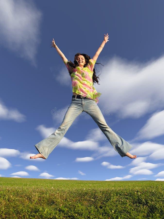 Het meisje van de sprong met haar op hemel 2 stock afbeeldingen