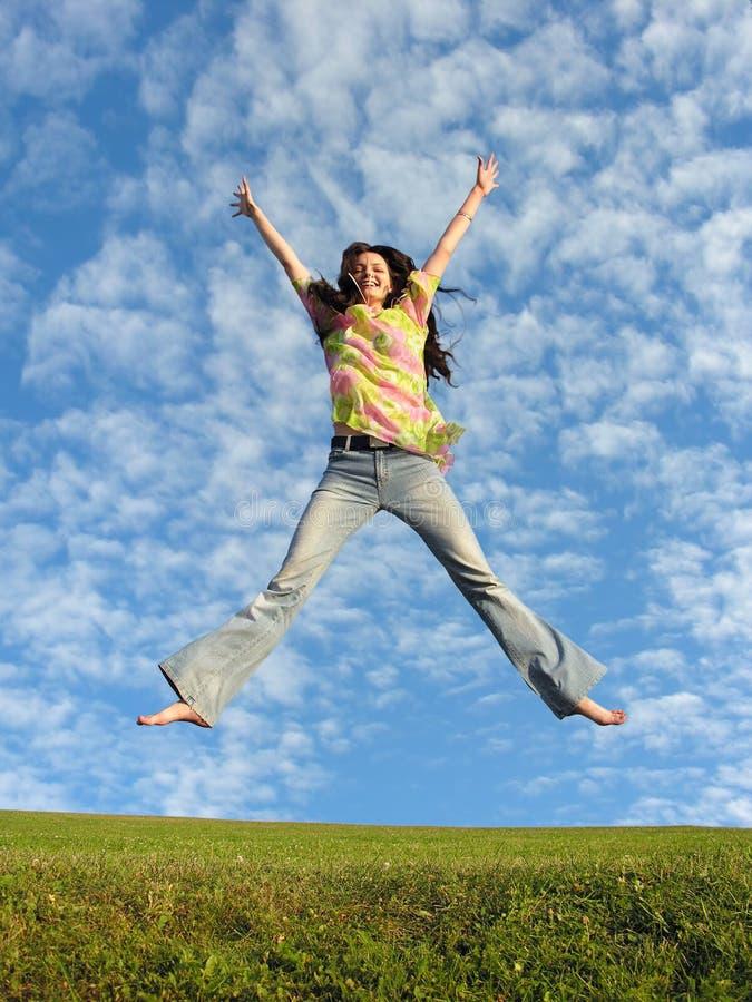 Het meisje van de sprong met haar op hemel 2 royalty-vrije stock afbeeldingen