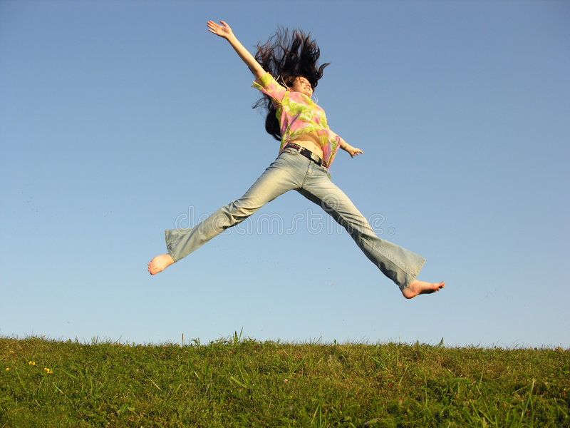Het meisje van de sprong met haar op hemel stock afbeelding