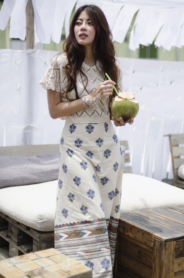 Het meisje van de strandbar met kokosnoot stock fotografie