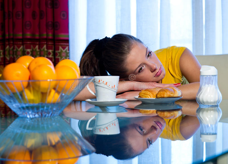 Het meisje van de tiener bij ontbijt royalty-vrije stock afbeeldingen