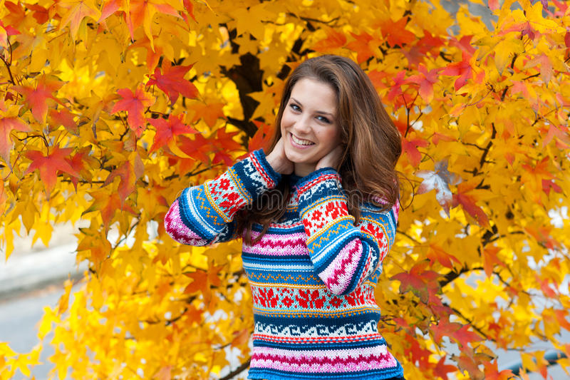 Het meisje van de tiener in de herfst stock afbeelding