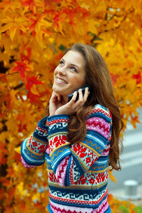 Het meisje van de tiener in de herfst royalty-vrije stock foto's