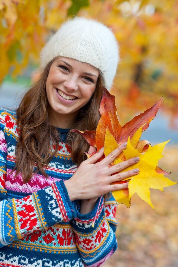 Het meisje van de tiener in de herfst stock afbeeldingen