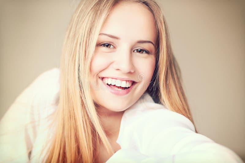 Het meisje van de tiener het glimlachen royalty-vrije stock fotografie