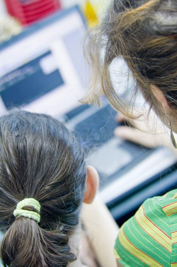 Het meisje van de tiener het leren computers stock fotografie