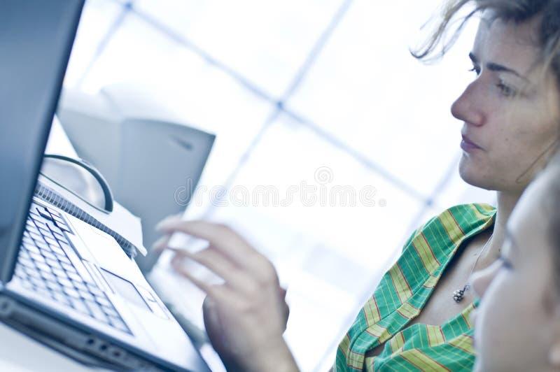 Het meisje van de tiener het leren computers stock foto's