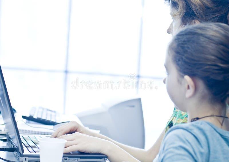 Het meisje van de tiener het leren computers royalty-vrije stock foto's