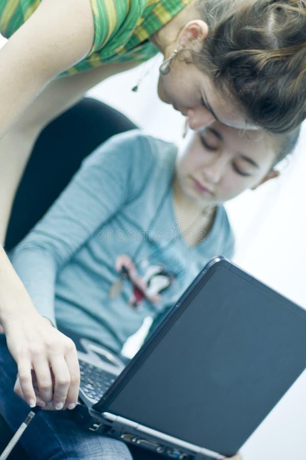 Het meisje van de tiener het leren computers stock afbeeldingen