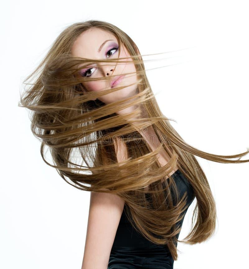 Het meisje van de tiener het schudden hoofd met lang haar stock fotografie