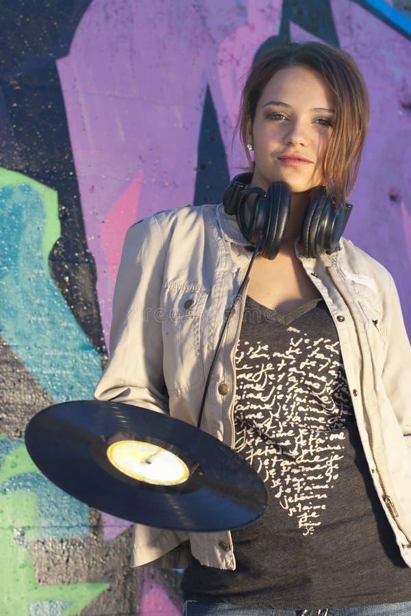 Het Meisje van de tiener met Hoofdtelefoons en Verslag stock foto